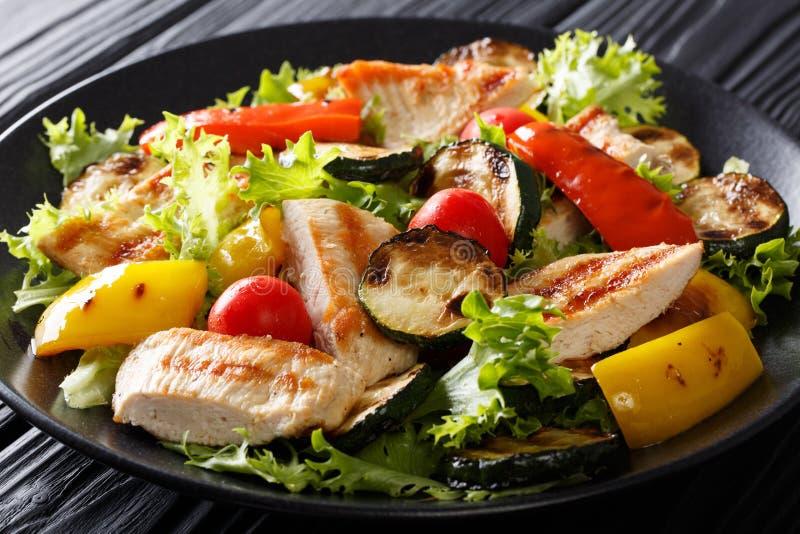Insalata calda delle verdure arrostite e del primo piano del pollo horizonta fotografia stock