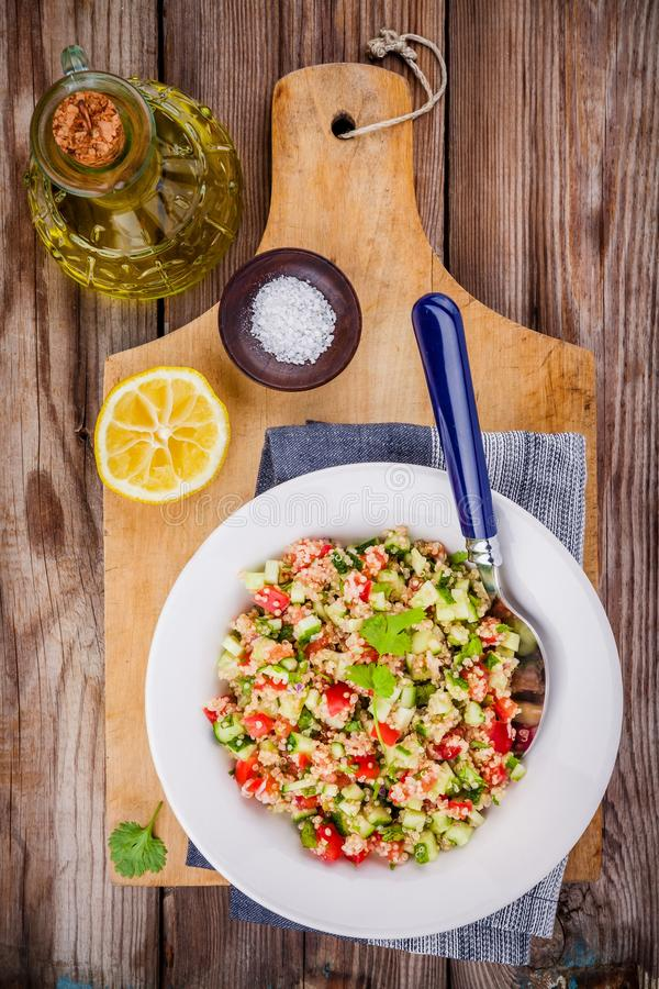Insalata casalinga di tabulé con la quinoa e le verdure immagine stock