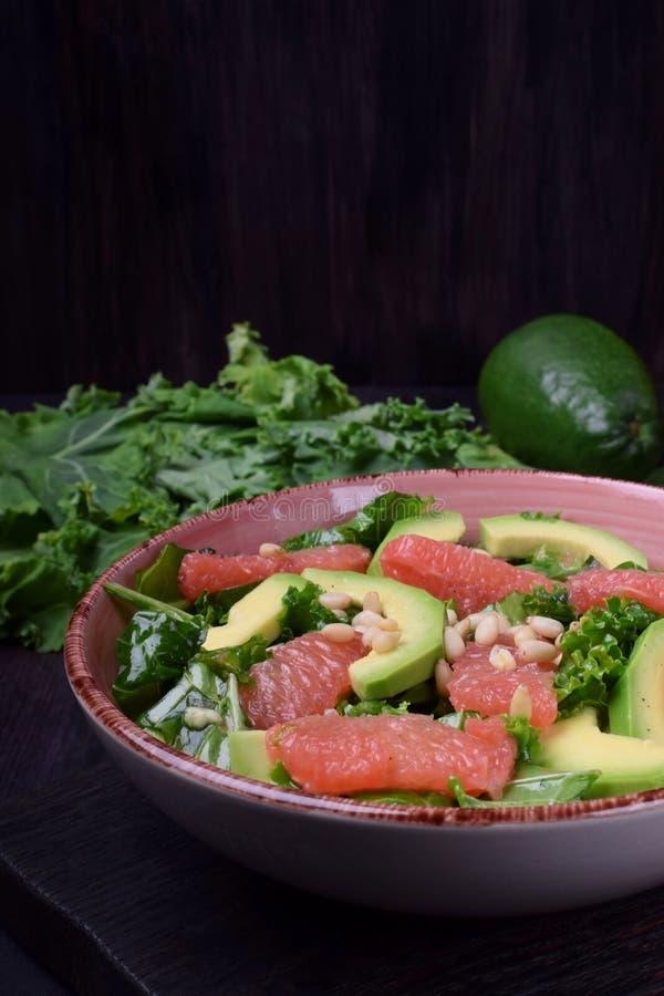 Insalata con cavolo, l'avocado ed il pompelmo fotografia stock