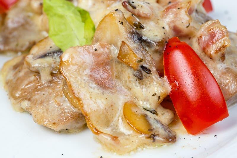 Insalata con i funghi, la carne e le verdure fotografia stock