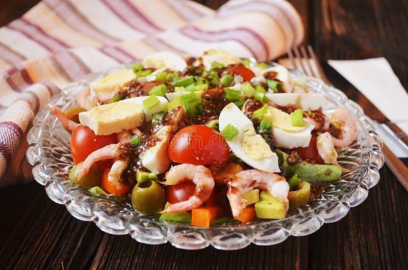 Insalata con i gamberetti, l'avocado, le olive e le uova immagine stock