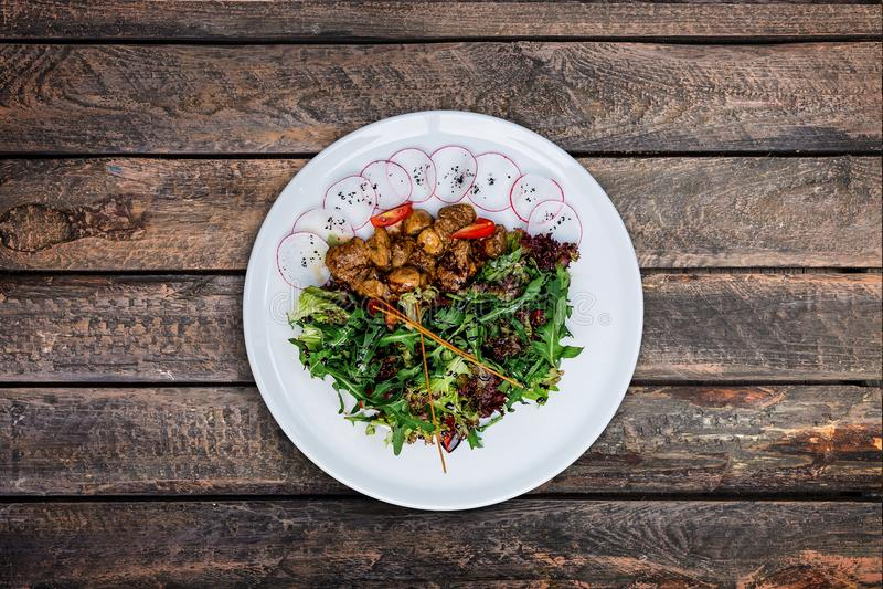 Insalata con il fegato di pollo in salsa cremosa con i funghi fotografia stock libera da diritti