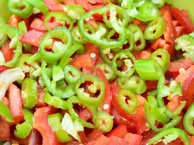 Insalata con il pepe del pomodoro, della cipolla e di peperoncini rossi immagini stock libere da diritti