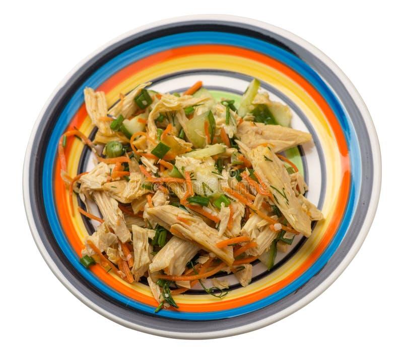 Insalata con l'asparago e carote della soia, cetrioli e gnocchi su un piatto insalata vegetariana della soia su un piatto isolato immagine stock libera da diritti