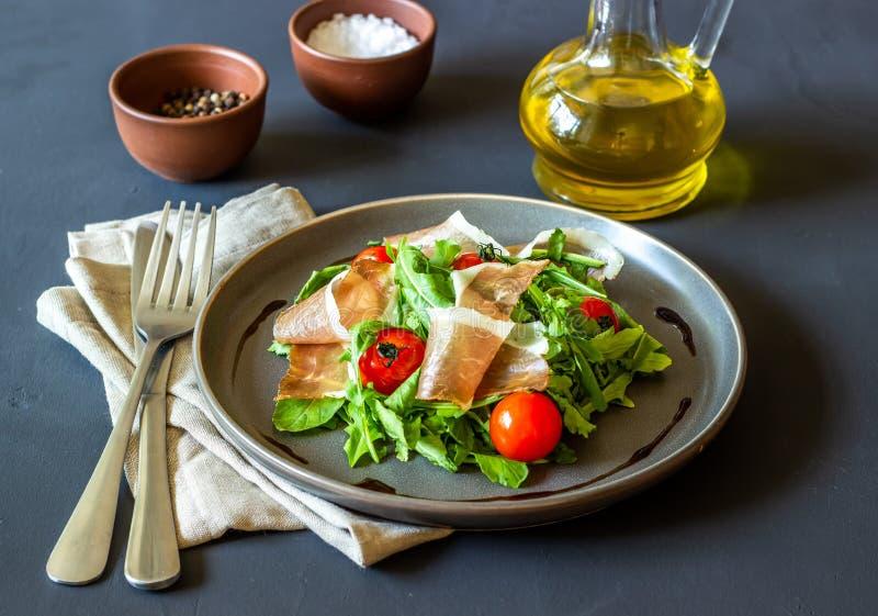 Insalata con la rucola, i pomodori ed il prosciutto di Parma Cucina italiana Cibo sano Dieta fotografia stock libera da diritti