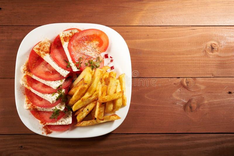 Insalata con le fritture del formaggio e del pomodoro immagine stock libera da diritti