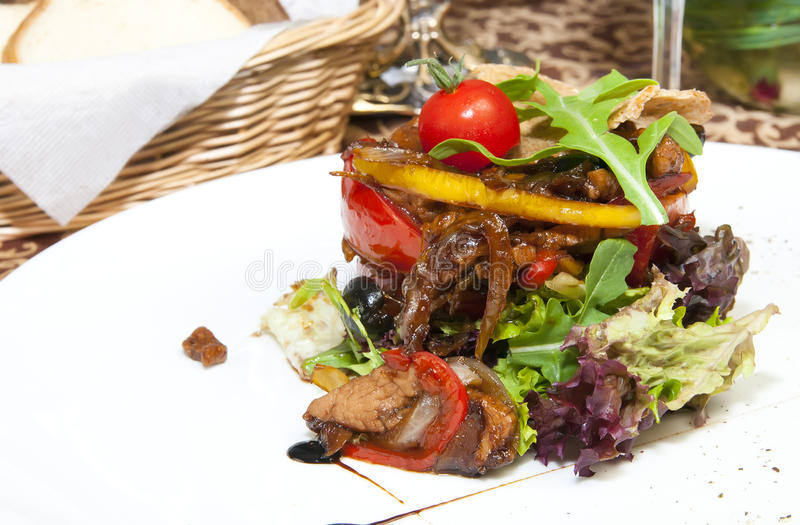 Insalata con le verdure e la carne fotografia stock