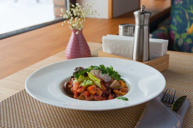 Insalata con le verdure ed i funghi su un piatto bianco concetto: cibo sano di vegetarianismo fotografia stock libera da diritti