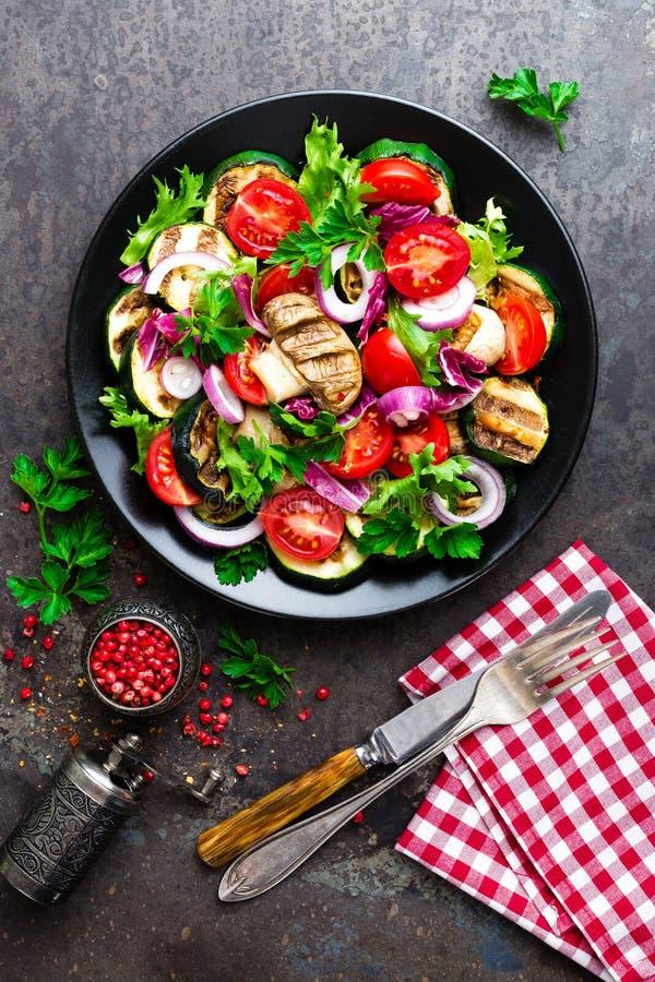 Insalata con le verdure fresche e arrostite ed i funghi Insalata di verdure con i funghi prataioli arrostiti Insalata di verdure  fotografie stock libere da diritti