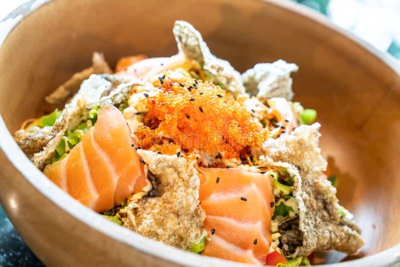 insalata cruda di color salmone fresca con pelle di color salmone fritta immagine stock