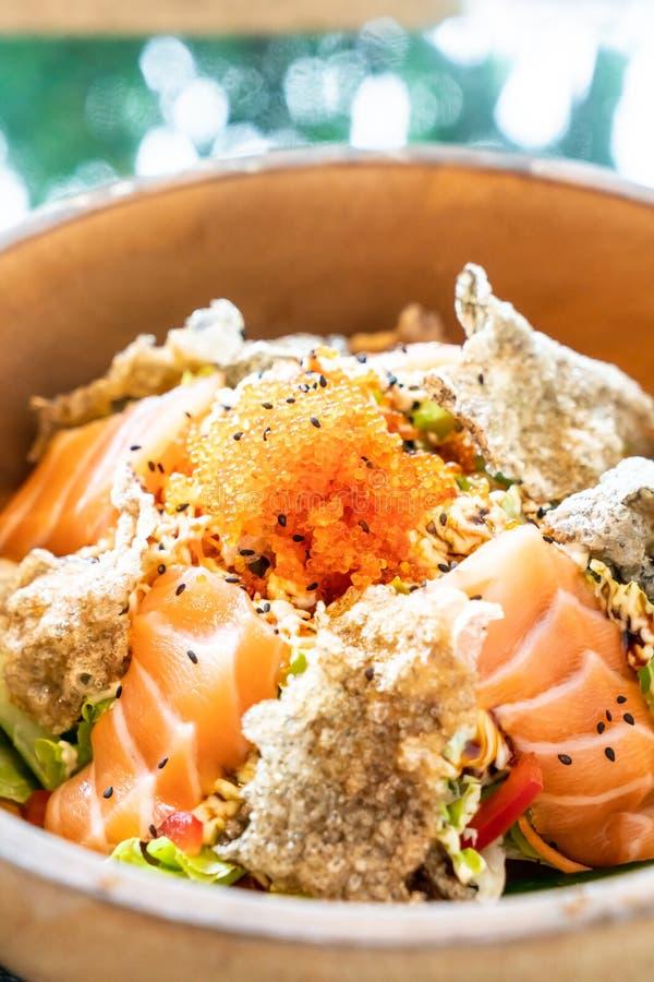 insalata cruda di color salmone fresca con pelle di color salmone fritta fotografie stock