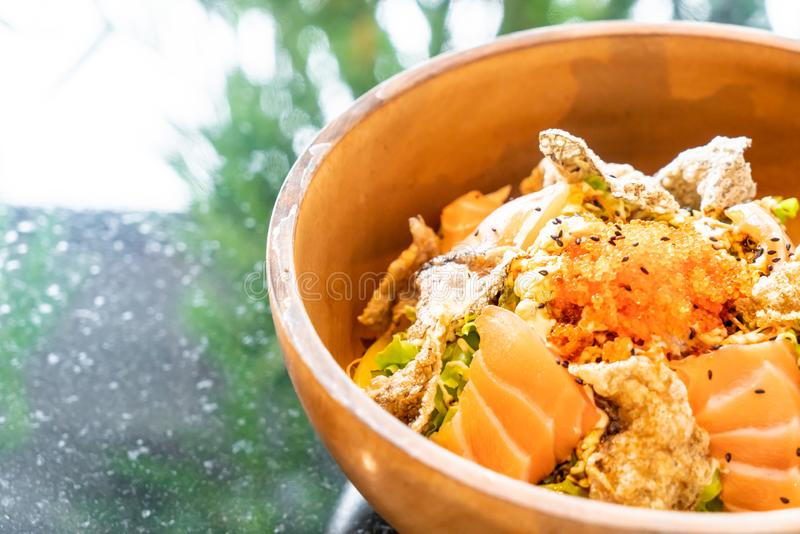 insalata cruda di color salmone fresca con pelle di color salmone fritta fotografia stock