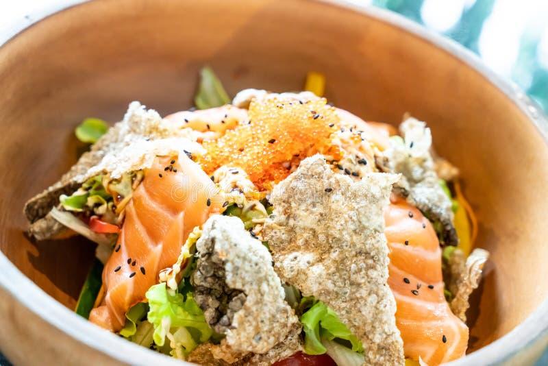 insalata cruda di color salmone fresca con pelle di color salmone fritta fotografia stock libera da diritti