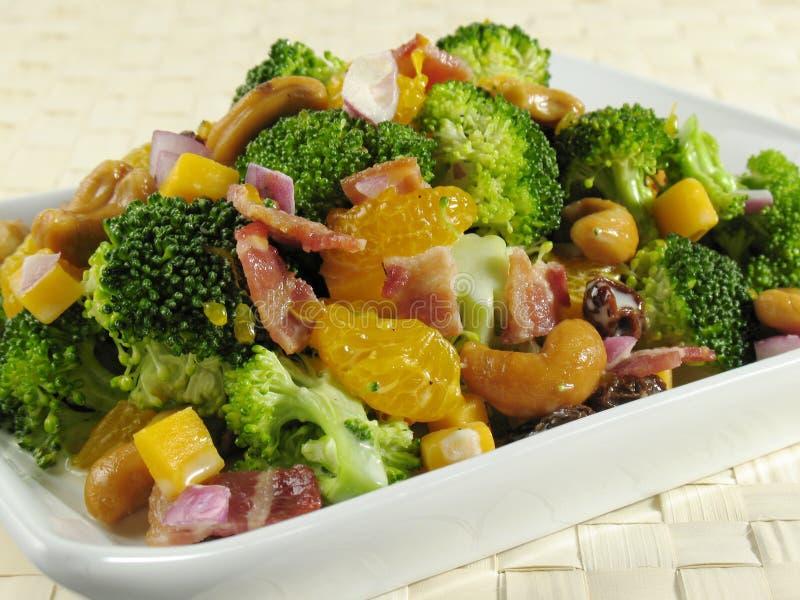 Insalata del broccolo con pancetta affumicata fotografia stock libera da diritti