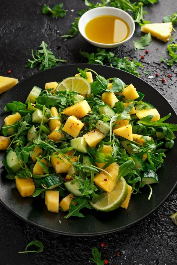 Insalata del cetriolo dell'ananas con il razzo, la calce e l'olio d'oliva verdi selvaggi Alimento succoso sano immagini stock