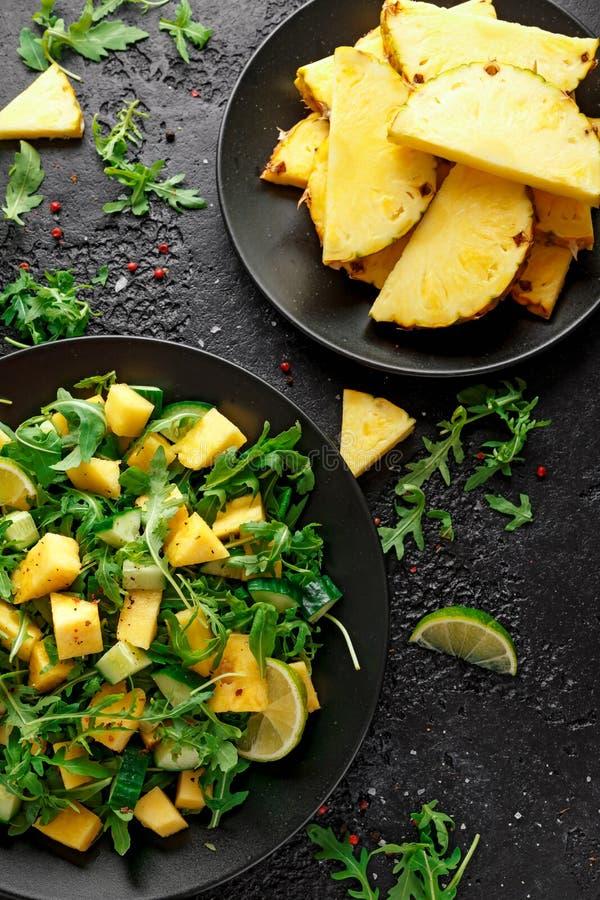 Insalata del cetriolo dell'ananas con il razzo, la calce e l'olio d'oliva verdi selvaggi Alimento succoso sano fotografia stock libera da diritti