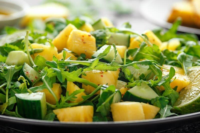 Insalata del cetriolo dell'ananas con il razzo, la calce e l'olio d'oliva verdi selvaggi Alimento succoso sano fotografie stock libere da diritti