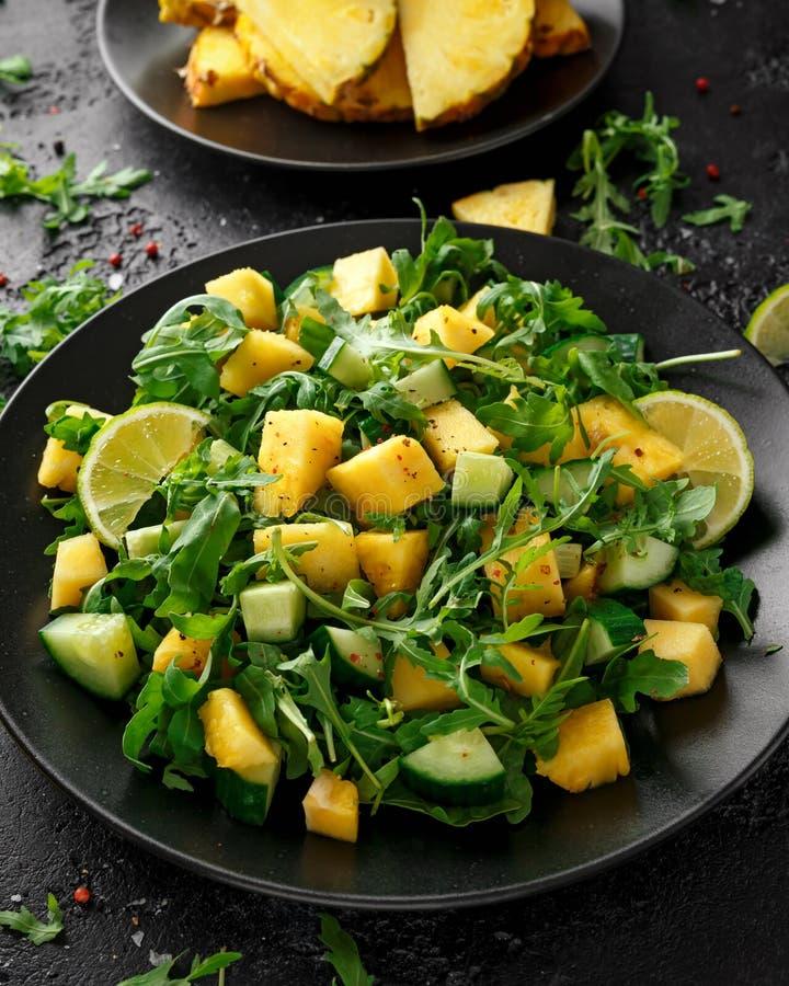 Insalata del cetriolo dell'ananas con il razzo, la calce e l'olio d'oliva verdi selvaggi Alimento succoso sano fotografia stock