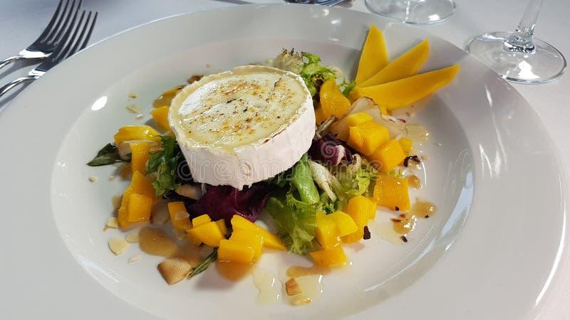 Insalata del formaggio con il mango e l'olio d'oliva fotografia stock