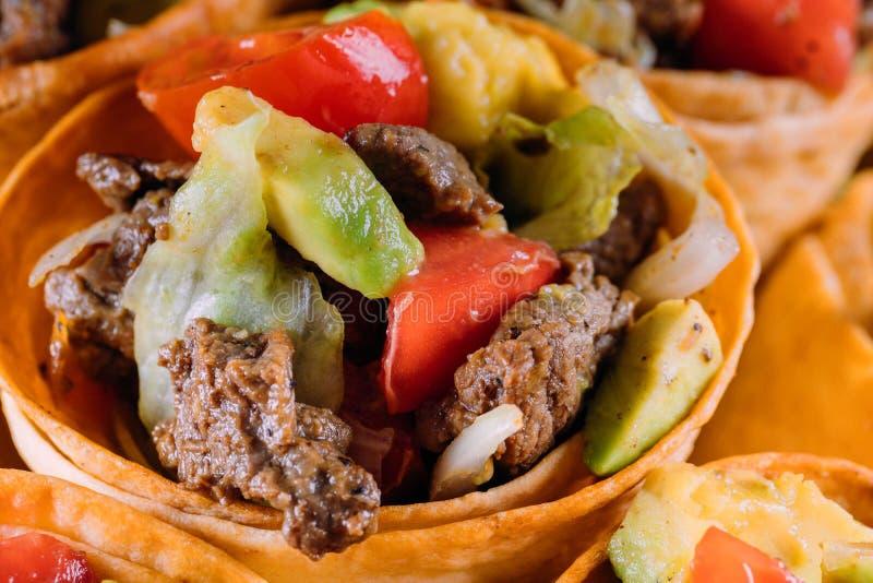 Insalata del manzo nei coni del taco con pepe e l'avocado fotografia stock