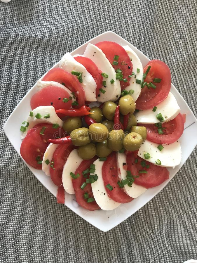 Insalata del pomodoro, della mozzarella e dell'oliva immagine stock libera da diritti