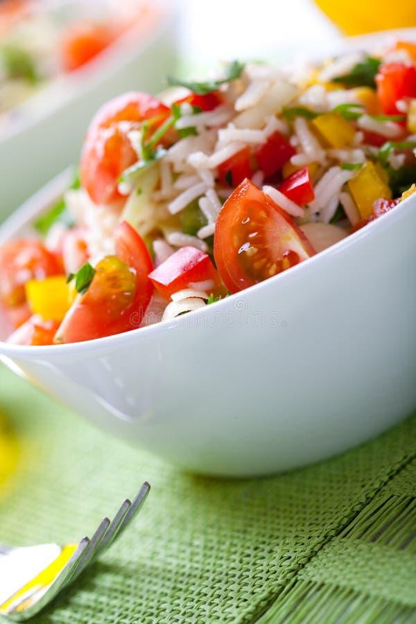 Insalata del riso di estate con le verdure fotografia stock libera da diritti