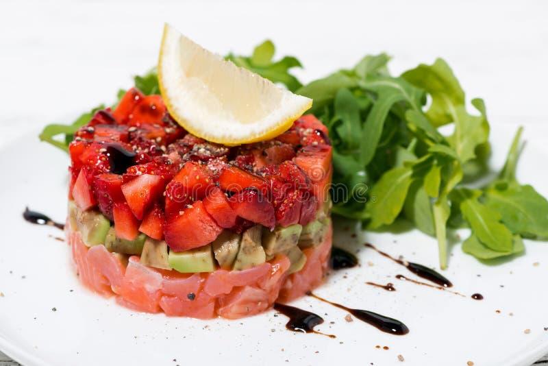 Insalata deliziosa con il pesce e l'avocado salati fotografia stock libera da diritti