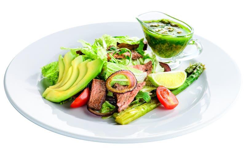 Insalata deliziosa della carne verde con bistecca succosa arrostita, avocado e immagini stock