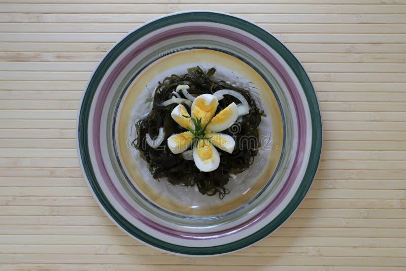 Download Insalata Delizioso Saporita Del Cavolo Del Mare Con Un Uovo Sodo E Le Cipolle Fotografia Stock - Immagine di basilico, piastra: 117976512