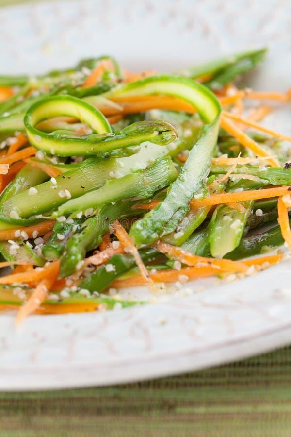 Insalata dell'asparago con la carota e le canapa fotografie stock