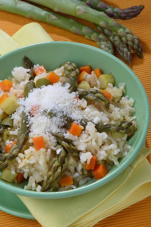 Insalata dell'asparago con riso, gamberi ed i pesci immagine stock libera da diritti
