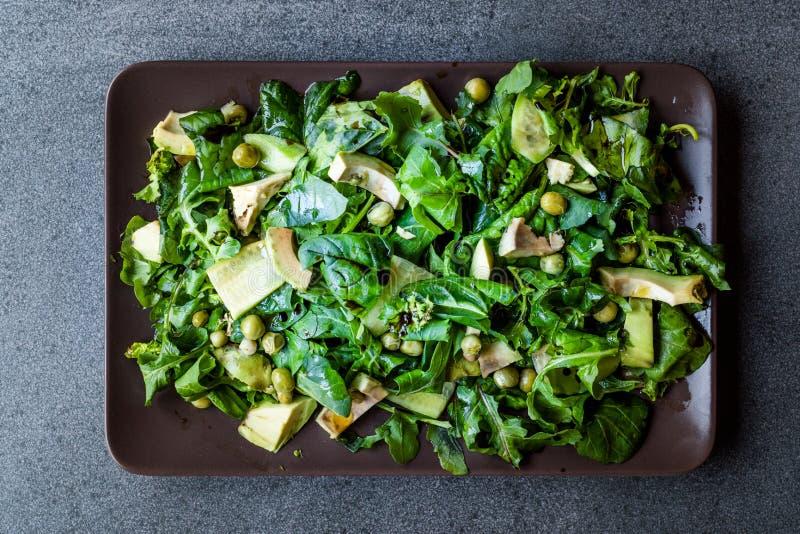 Insalata dell'avocado con i piselli e Rocket Leaves in piatto/rucola o foglie rettangolare di Rucola fotografia stock libera da diritti