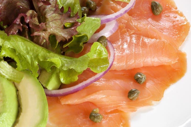 Insalata dell'avocado e dei salmoni affumicati fotografia stock