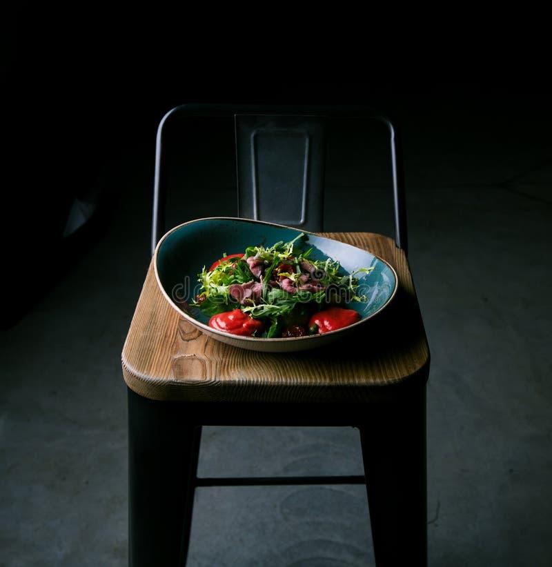 Insalata della carne con le erbe fresche ed i pomodori secchi in un ristorante immagini stock