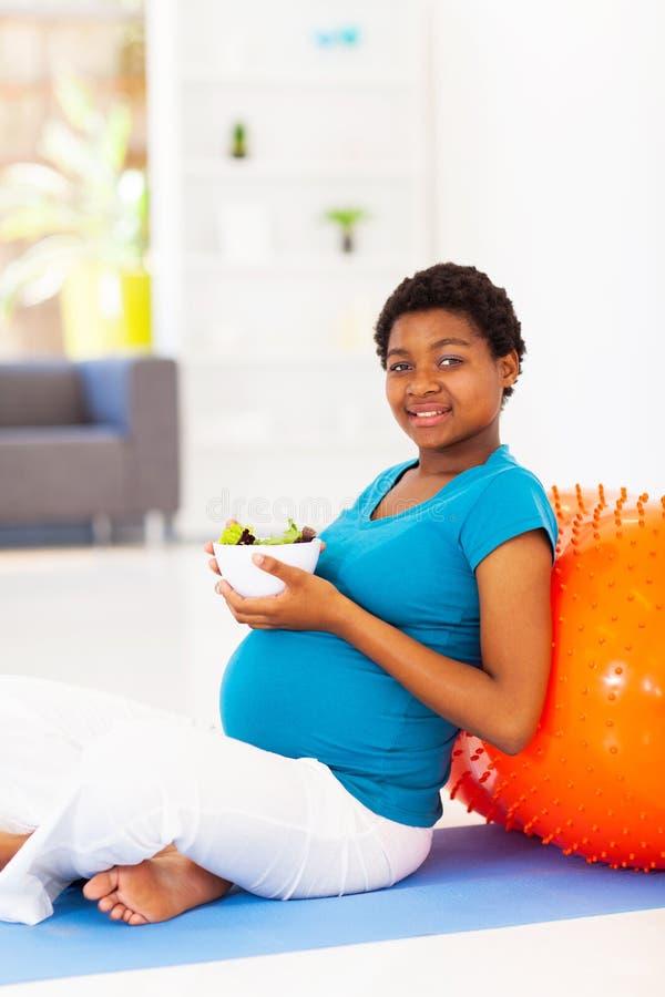 Insalata della donna incinta immagine stock