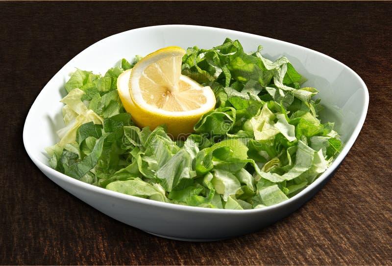 Insalata della lattuga con il limone fotografia stock libera da diritti