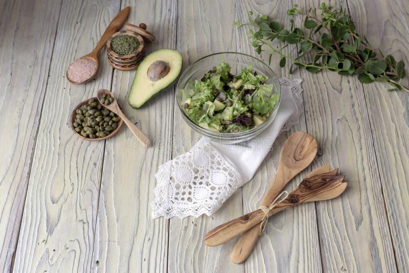 Insalata della lattuga con l'avocado ed i capperi fotografia stock