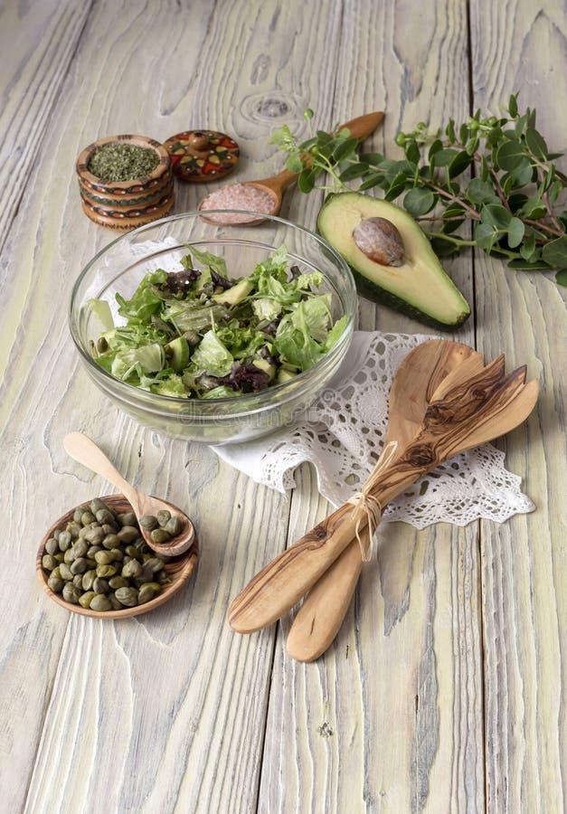 Insalata della lattuga con l'avocado ed i capperi immagini stock