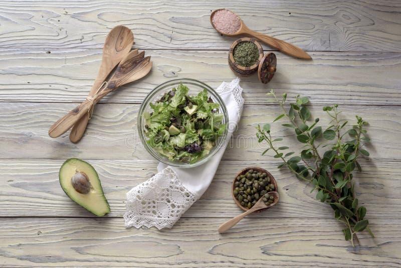 Insalata della lattuga con l'avocado ed i capperi fotografia stock libera da diritti