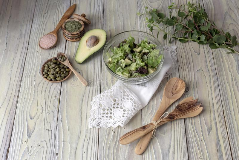 Insalata della lattuga con l'avocado ed i capperi fotografie stock