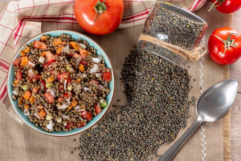 Insalata della lenticchia con i pomodori e le cipolle fotografie stock libere da diritti