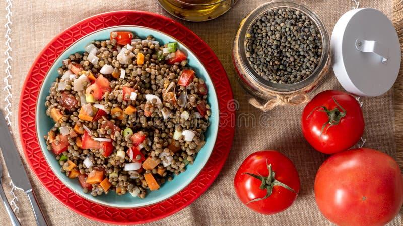 Insalata della lenticchia con i pomodori e le cipolle fotografia stock libera da diritti