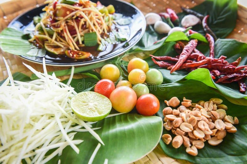 Insalata della papaia servita sul tavolo da pranzo - alimento tailandese piccante dell'insalata verde della papaia sul piatto con fotografie stock libere da diritti
