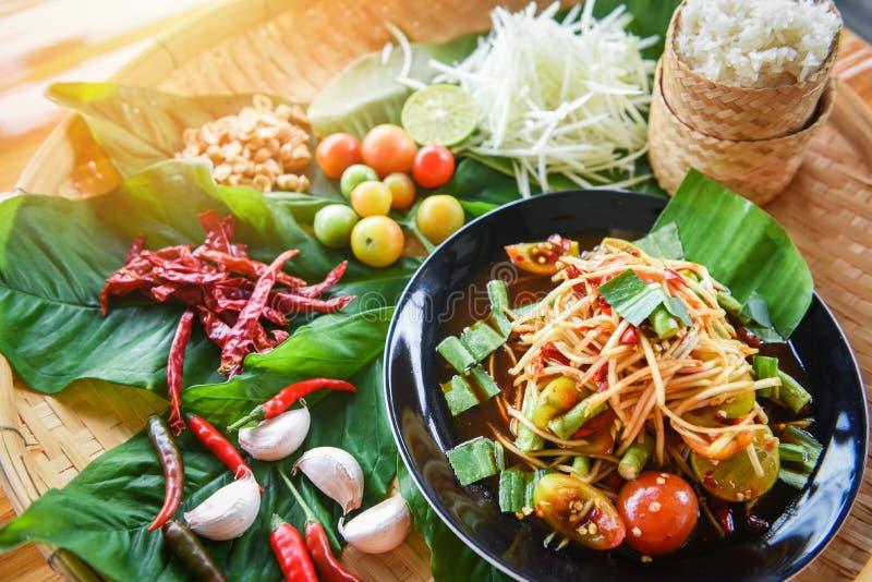 Insalata della papaia servita sull'alimento tailandese piccante insalata verde della papaia/del tavolo da pranzo di legno sul pia immagini stock