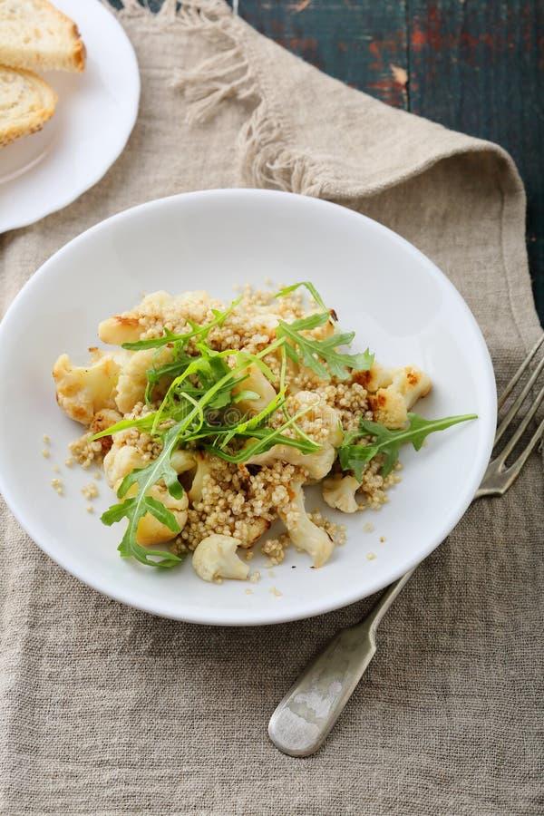 Insalata della quinoa con il cavolfiore arrostito fotografie stock libere da diritti