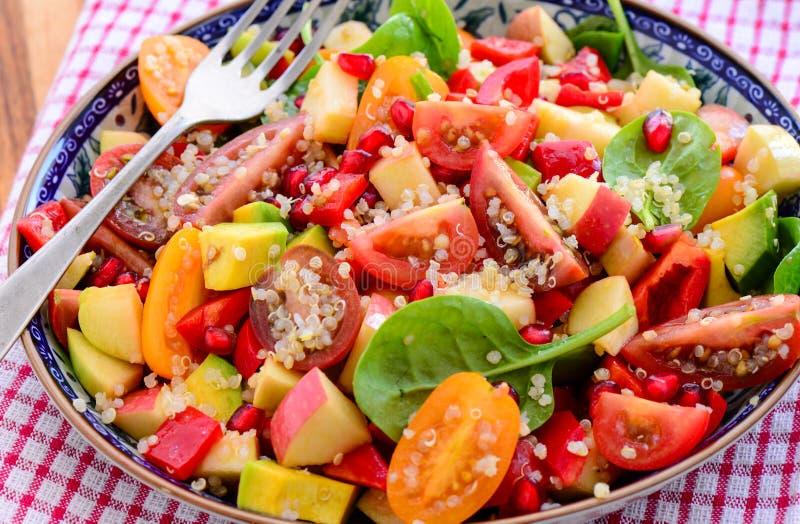 Insalata della quinoa del pomodoro e dell'avocado fotografie stock libere da diritti