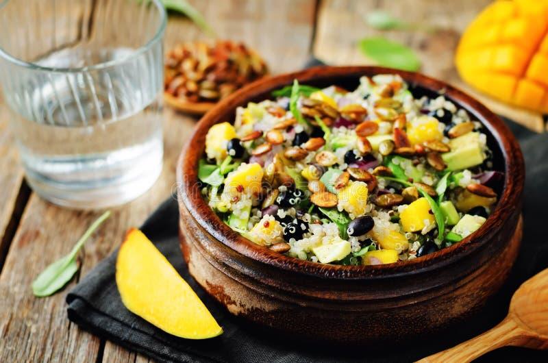 Insalata della quinoa del seme di zucca della rucola del fagiolo nero del mango fotografie stock libere da diritti