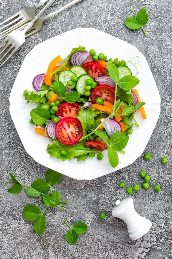 Insalata Insalata della verdura fresca con il pomodoro, la cipolla, i cetrioli, il pepe, la lattuga ed i piselli Insalata vegetar immagini stock