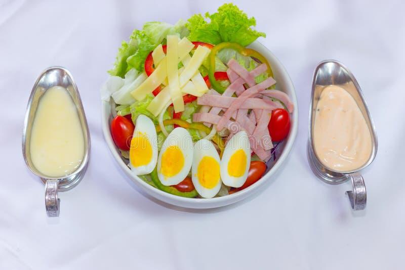 Insalata della verdura fresca con l'uovo ed il bacon isolati su backg bianco immagine stock libera da diritti