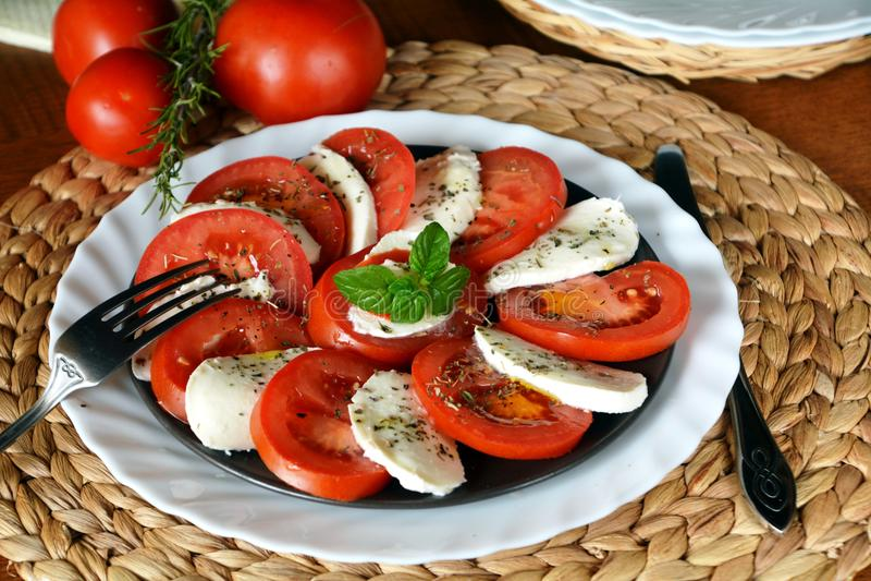 Insalata della verdura fresca con la mozzarella, il pomodoro ed il basilico fotografia stock